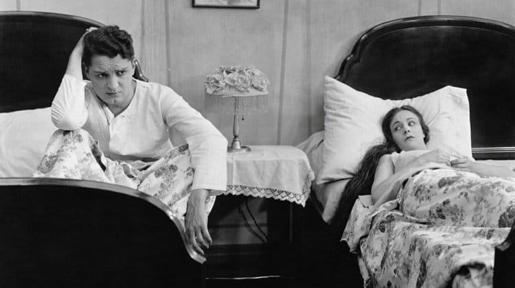 Dodelijke communicatiefouten die de intimiteit in je relatie enorm onder druk zetten (en hoe het wel moet)